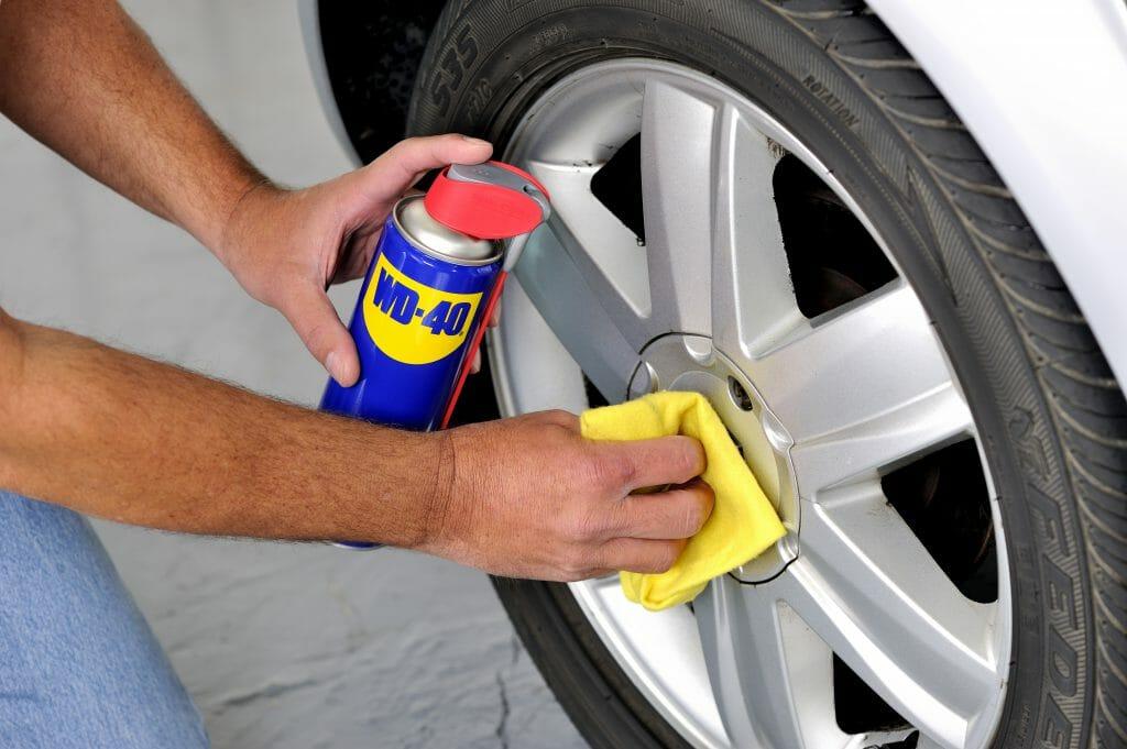Truco infalible para limpiar las llantas del coche